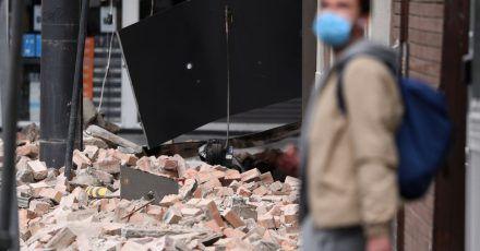 Ziegel liegen auf dem Boden, nachdem Betty's Burgers in der Chappel Street in Windsor durch ein Erdbeben beschädigt wurde. In Victoria wurde ein Erdbeben gemeldet, dessen Erschütterungen in ganz Melbourne und bis nach Canberra und Sydney zu spüren waren.