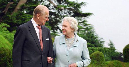 Queen Elizabeth II. und Prinz Philip, Herzog von Edinburgh, stehen in der Gartenanlage von Broadlands in England. (Archivbild)