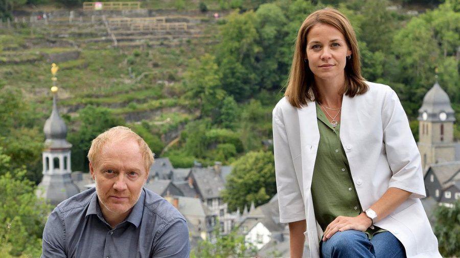 """""""Die Eifelpraxis: Familiengeheimnisse"""": Dr. Chris Wegner (Simon Schwarz) und Versorgungsassistentin Vicky Röver (Jessica Ginkel). (cg/spot)"""