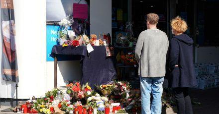 Blumen, Kerzen und Botschaften an das Opfer an der Tankstelle in Idar-Oberstein.