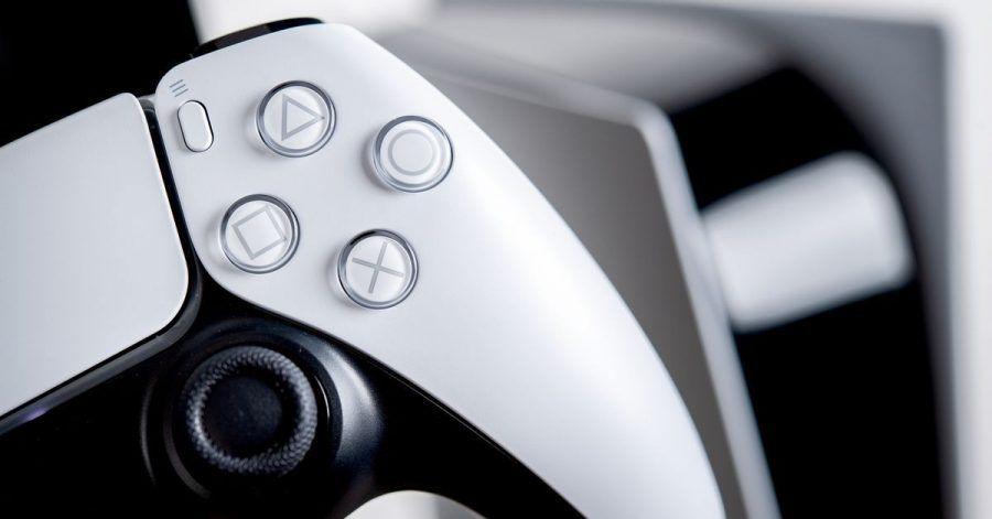 Eingebaute Lautsprecher machen's möglich: Mit dem Dualsense-Controller der Playstation 5 wird der Raum für den 3D-Klang vermessen.