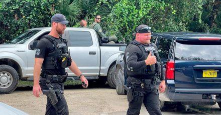 """Polizisten suchen im weitläufigen Carlton Reserve in Sarasota, Florida, nach Brian Laundrie, dem Freund von Gabrielle """"Gabby"""" Petito."""