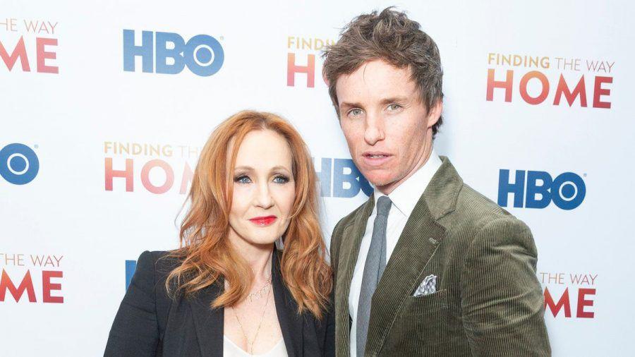 """Hauptdarsteller Eddie Redmayne mit """"Harry Potter""""-Autorin J.K. Rowling auf dem roten Teppich (eee/spot)"""