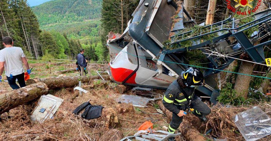 Rettungshelfer arbeiten am Wrack der Seilbahngondel am Monte Mottarone.