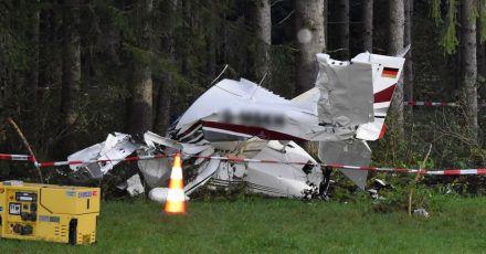 Die Unfallstelle, an der das abgestürzte Flugzeug an einem Waldrand liegt, ist abgesperrt.