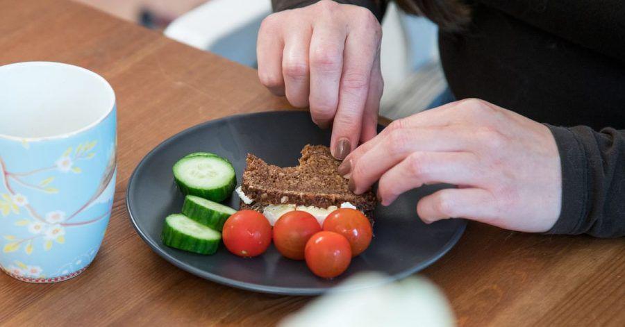 Langsames Essen, ausgiebiges Kauen oder nur bestimmte Lebensmittel auf dem Teller: Bei Kindern kann sich hinter Essensritualen eine Essstörung verbergen.