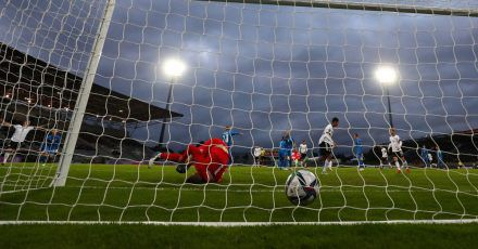 Der Ball liegt nach dem Schuss von Leroy Sané (nicht im Bild) zum 0:3 im Tor von Islands Torwart Torwart Hannes Halldorsson (l).