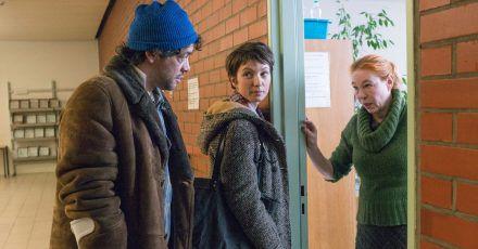 Lore Henning (Rike Eckermann, r) will schon die Türe schließen, aber auf Bitten von Ira (Julia Koschitz) nimmt sie sich Zeit für Konrad (Carlo Ljubek).