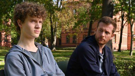 """""""Käthe und ich: Im Schatten des Vaters"""": Paul (Christoph Schechinger, rechts) will herausfinden welches Verhältnis Roman (Nico Ramon Kleemann) zu seiner Halbschwester Jasmina hat. (cg/spot)"""