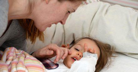 Müde Kinder reiben sich die Augen - das ist ganz normal, wenngleich es rein medizinisch betrachtet nicht so ratsam ist.