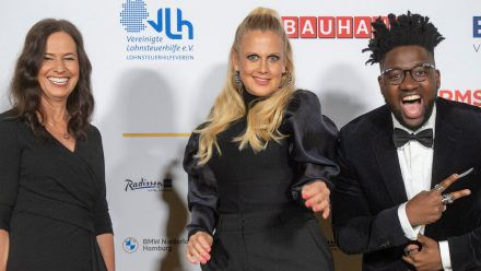 Grit Leithäuser von der Radiozentrale, Barbara Schöneberger und Kelvin Jones beim Deutschen Radiopreis 2021 (v.l.n.r.) (spot)