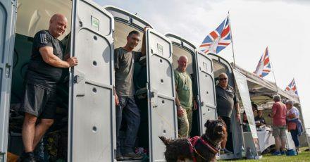 Ian Baillie (l)und seine Kameraden sammeln Spenden für die Hilfsorganisation Forgotten Veterans UK.