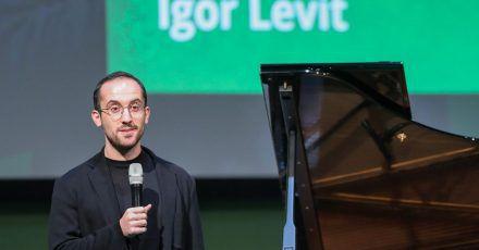Der Pianist Igor Levit spricht auf der Bühne.