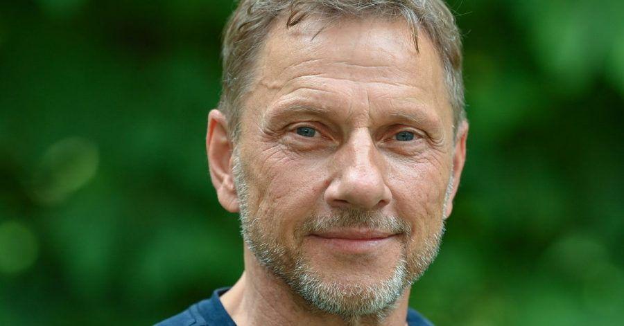 Richy Müller, Schauspieler, fotografiert vor seinem Auftritt zur Lesung «Die Legende vom Ozeanpianisten» auf der Bühne des Sommerprogramms der Stiftung Schloss Neuhardenberg.