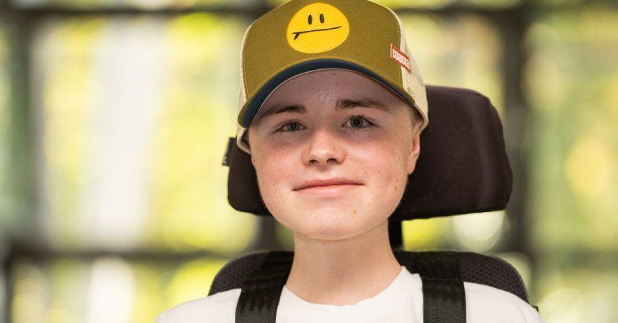 Carl Josef sitzt vor Dreharbeiten zur Reportage-Reihe «Carl Josef trifft...» in einem Flur. Der 16-jährige Moderator der neuen Reihe sitzt im Rollstuhl und kommt aus Peine.
