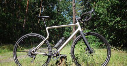 Eine ungewöhnliche Erscheinung: Bei Urwahn-Bikes fehlt das Sitzrohr wie man es kennt - so auch beim ersten E-Gravel der Marke, dem Waldwiesel.E. Der Rahmen ist vernickelt und gegen Kratzer weitgehend geschützt.