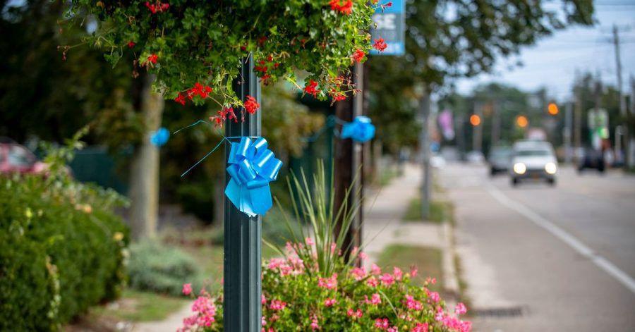 Blaue Schleifen hängen zum Gedenken an Gabby Petito in ihrer Heimatstadt Blue Point.