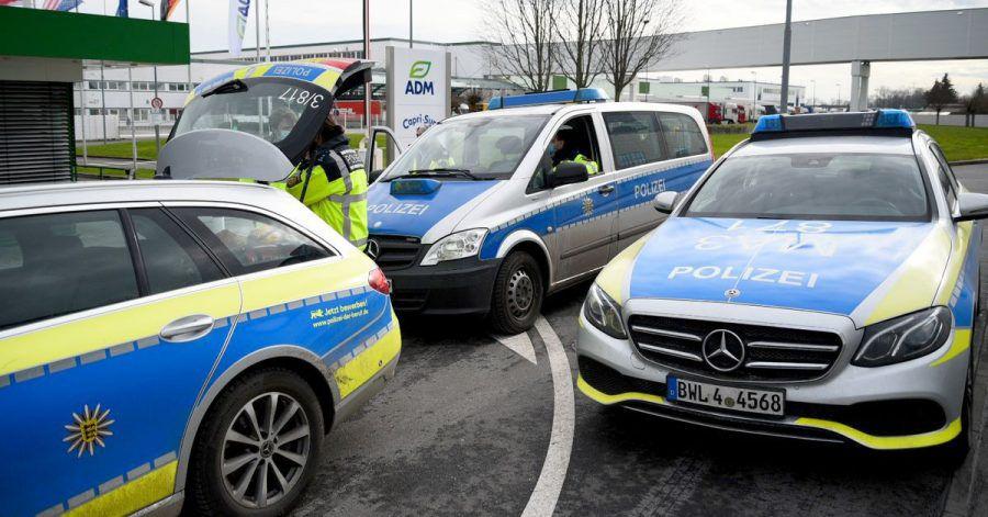 Fahrzeuge der Polizei stehen vor dem Werk eines Getränkeherstellers, wo eine Serie explosiver Postsendungen begannn. Jetzt wird wird einem 66-jährigen Elektriker der Prozess gemacht.