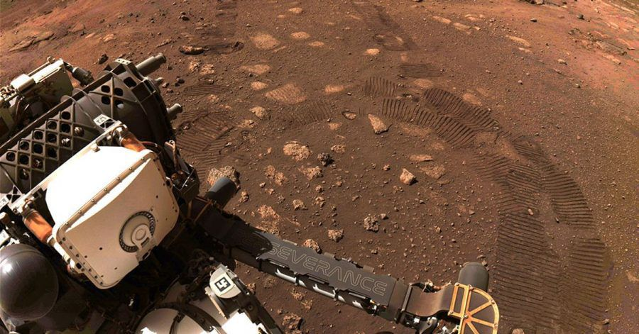 Der Rover «Perseverance» der NASA fährt über den Planeten Mars.