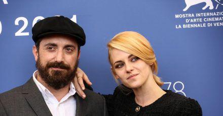Pablo Larrain, Filmproduzent aus Chile, und die US-Schauspielerin Kristen Stewart bei den 78. Filmfestspielen von Venedig.