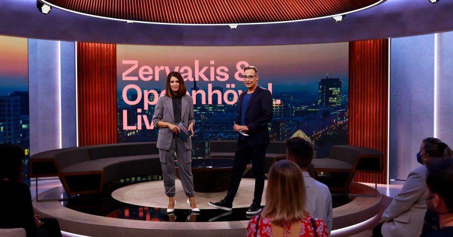 """Die Moderatoren Linda Zervakis (l) und Matthias Opdenhövel im Studio der ersten Sendung von """"Zervakis & Opdenhövel. Live."""""""