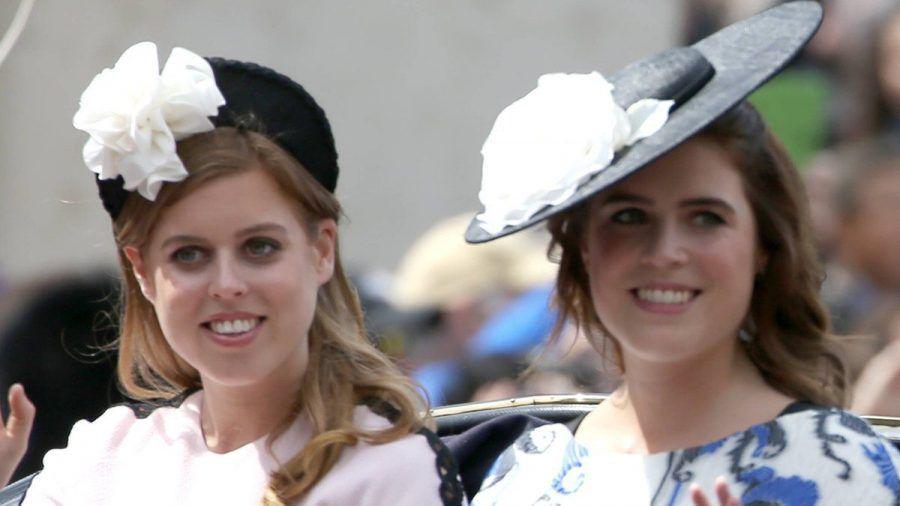 """Prinzessin Beatrice (li.) und Prinzessin Eugenie 2019 bei der """"Trooping The Colour""""-Parade. (jom/spot)"""