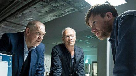 """""""Tatort: Der Reiz des Bösen"""": Max Ballauf (Klaus J. Behrendt) und Freddy Schenk (Dietmar Bär) befragen Torsten Merser (Nikolaus Benda). (cg/spot)"""