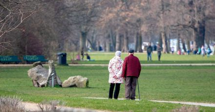 Viele Menschen schätzen ihre Lebenserwartung nicht richtig ein - im Schnitt um vier Jahre weniger als die statistischen Daten.
