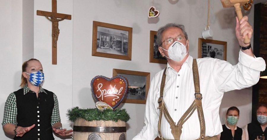 Schon im vergangenen Jahr hat Christian Ude (SPD), Ehrenbürger der Stadt München und ehemaliger Münchner Oberbürgermeister, das erste Fass der Wirtshauswiesn angezapft.