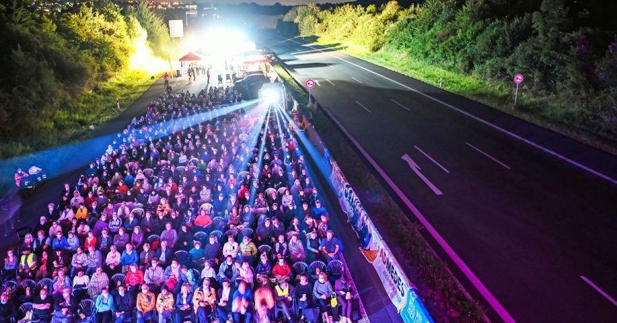 """Auf der Autobahn A8 findet ein Open Air Kino statt. Gezeigt wird das Roadmovie """"25 km/h""""."""