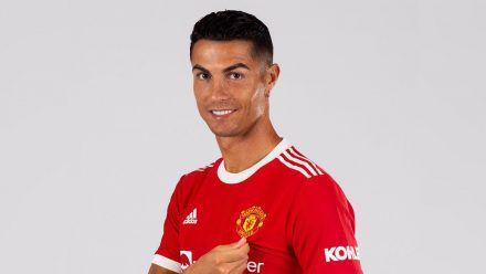 Cristiano Ronaldo begrüßt seine Fans im Manchester-United-Trikot. (ili/spot)