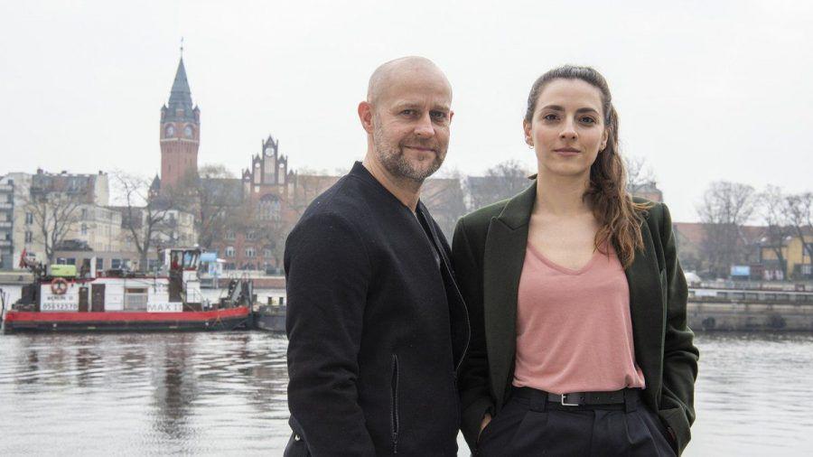 """""""Jenseits der Spree"""": Ex-Kriminalhauptkommissar Robert Heffler (Jürgen Vogel) und Kriminalhauptkommissarin Kay Freund (Seyneb Saleh) ermitteln in Berlin-Köpenick. (ili/spot)"""