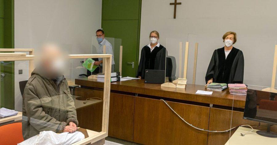 Der Angeklagte (l.) zum Prozessauftakt im Gerichtssaal des Landgerichts München I.