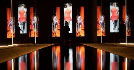 Mit einer Schau über die Modefotografie der 1990er-Jahre hat die von Claudia Schiffer kuratierte Ausstellung nicht nur der Supermodel-Ära und sich selbst ein Denkmal gesetzt.