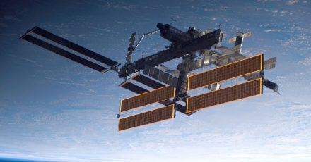 Die Internationale Raumstation ISS mit der Erde im Hintergrund.