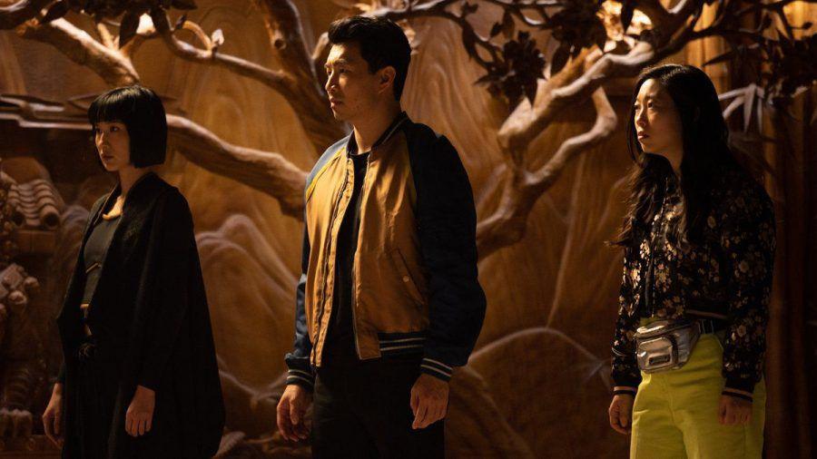 Katy (Awkwafina, r.) staunt nicht schlecht, als sie herausfindet, dass ihr bester Freund Shaun (Simu Liu, M.) in Wahrheit Shang-Chi heißt und ein Superheld ist - ebenso wie seine Schwester Xialing (Meng'er Zhang). (wag/spot)