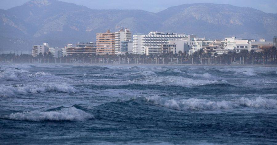 Starker Wellengang an einem Strand auf Mallorca. (Archivbild)