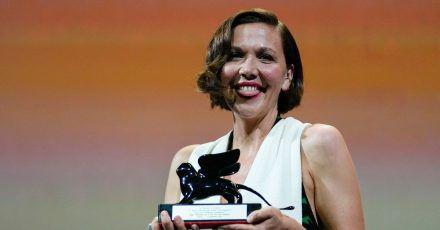 US-Schauspielerin Maggie Gyllenhaal wurde mit dem Preis für das beste Drehbuch für «The Lost Daughter» ausgezeichnet.