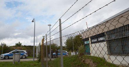 Polizisten sichern das Gelände eines ehemaligen Bundeswehr-Bunkers, in dem illegale Geschäfte im Darknet gemacht wurden.