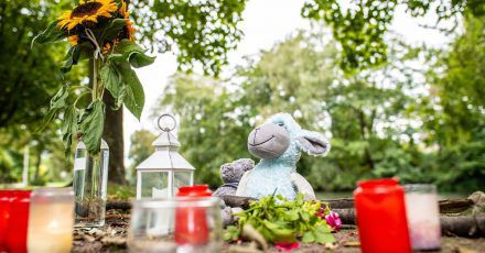 Zwei Stofftiere, Kerzen und Sonnenblumen sind an dem kleinen See in Hamm abgelegt worden.