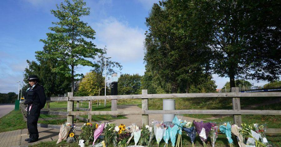 Blumensträuße im Cator Park in Südlondon in der Nähe des Tatorts, an dem die Leiche einer jungen Frau gefunden wurde.