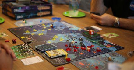 In «Pandemic» müssen auf einer Weltkarte vier Seuchen bekämpft und gleichzeitig vier Gegenmittel entwickelt werden. Dabei gilt es, die passenden Karten zu sammeln und geschickt zu tauschen.