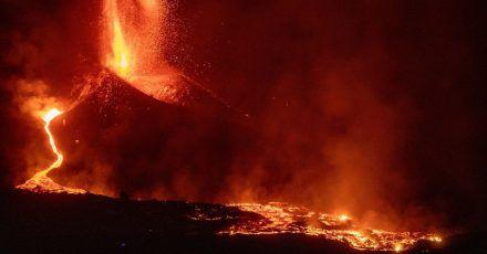 Der Vulkan Cumbre Vieja auf La Palma stößt weiter Lava aus.