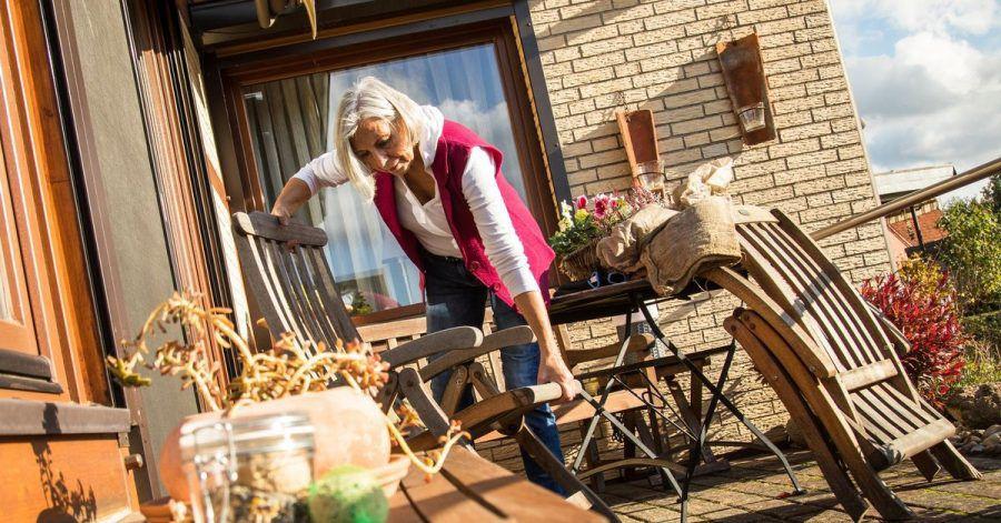 Schon Windstärken um die 40 km/h reichen aus, um leichte Gartenmöbel oder Sonnensegel herumfliegen zu lassen, sagen Experten. Am besten vorher einsammeln und sicher im Haus oder Schuppen unterstellen.