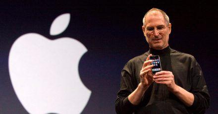 Steve Jobs, Mitbegründer von Apple, stellt das iPhone in San Francisco, USA,vor.