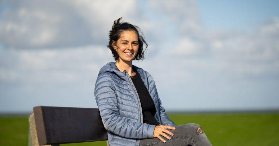 Die Initiatorin der Urlaubs-Spenden Sara Graf  sitzt auf einer Bank. Eine Woche Urlaub an der Nordsee für Opfer der Flutkatastrophe - die Spendeninitiative aus dem Wangerland zieht immer weitere Kreise.
