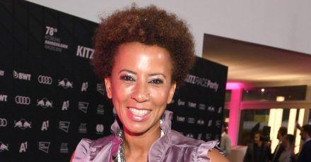 Die Moderatorin Arabella Kiesbauer stellt  echte Kriminalfälle im Fernsehen vor.