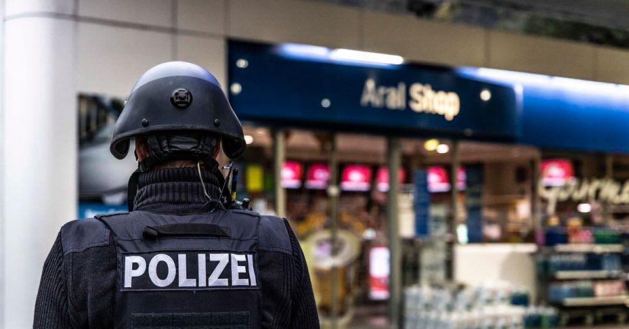 Ein Polizist sichert am frühen Morgen den Tatort.