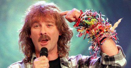 So haben seine Fans ihn in Erinnerung: Wolfgang Petry mit Karohemd und Freundschaftsbändchen (1999).
