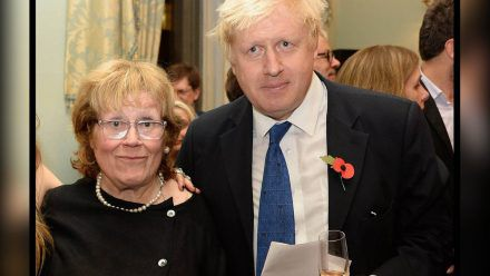 Boris Johnson 2014 mit seiner Mutter. (smi/spot)